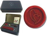 Siegel-Set in Geschenkdose Petschaft - verliebte Herzen - inkl. 2 Stangen Siegelwachs rot mit Docht